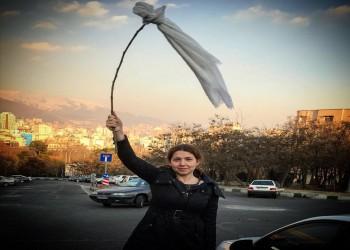 «نيويورك تايمز»: لماذا تخلع الإيرانيات حجابهن؟