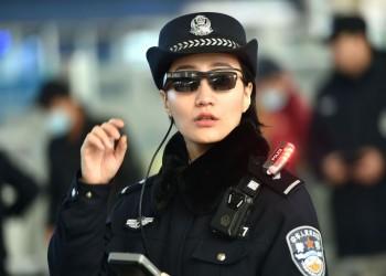 الشرطة الصينية تستخدم نظارات شمسية ذكية لتعقب المجرمين