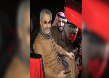«الوليد بن طلال» مع ناشط سعودي شهير في نزهة بالسيارة