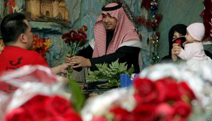 سعوديون يستقبلون «عيد الحب» بالتحريم والسخرية: العشاق أكلوا التراب