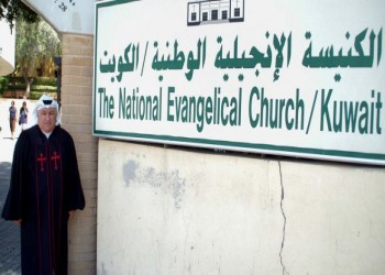 القس الكويتي «عمانوئيل غريب» يعلم الإنجيل مرتديا «الغترة والدشداشة»