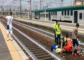 رجل يلتقط سيلفي أمام امرأة صدمها قطار في إيطاليا