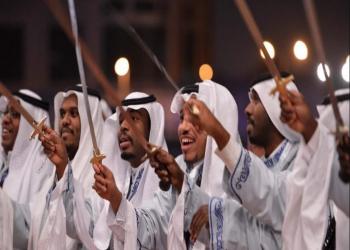 سائحات أمريكيات في السعودية يؤدين رقصة «العرضة» التقليدية