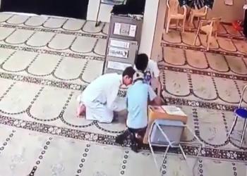 فيديو.. كاميرا مراقبة توثق سرقة صندوق تبرعات مسجد بالبحرين