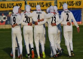 الإيرانيات يدخلن عالم كرة القدم.. كمشجعات ولاعبات أيضا