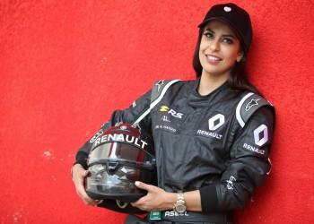 «أسيل الحمد».. أول سيدة سعودية تقود سيارة «فورمولا 1»