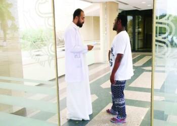 صحفي سعودي يمارس عمله كطبيب بـ«50 ريالا»