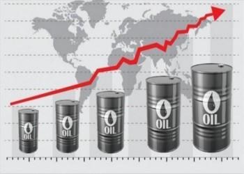 النفط يصعد مدعوما بتوقعات هبوط كبير للمخزونات الأمريكية