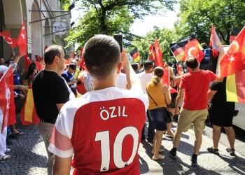 متضامنون مع «أوزيل»: المسلمون مواطنون من الدرجة الثانية بألمانيا