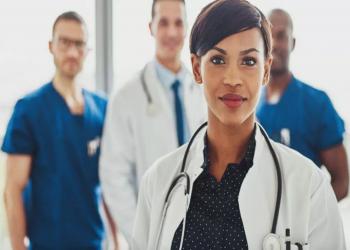 فرص نجاة المرأة من النوبة القلبية أقل إذا عالجها طبيب
