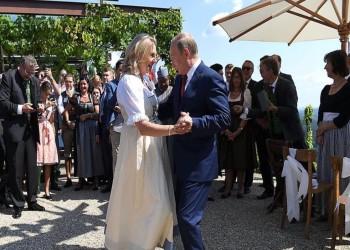 """بالصور.. """"بوتين"""" يراقص وزيرة خارجية النمسا في حفل زفافها"""