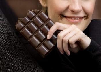3 قطع من الشوكولاتة شهريا تحميك من أمراض القلب