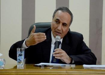 نقيب الصحفيين المصريين يطالب بفرض ضريبة على الإنترنت