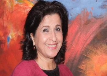 فنانة تشكيلية تحمل أحلام المرأة الكويتية والعالمية لمعارض بولندا
