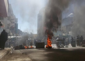 محتجون يمنيون يمزقون صورا لهادي والملك سلمان في تعز