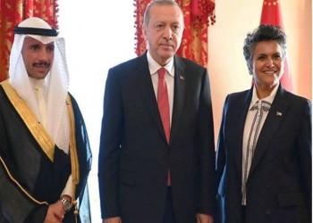 فيديو.. أردوغان يهدي نائبة كويتية حجابا