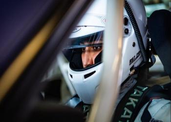 أول متسابقة سيارات سعودية تحقق إنجازات في حلبات أبوظبي
