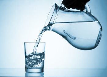 لا ترغب عادة بشرب الماء.. عليك أن تبدأ بالقلق