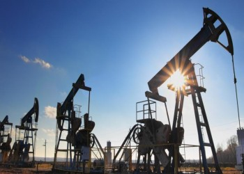 أسعار النفط تعود للاستقرار وسط مخاوف من تخمة إمدادات