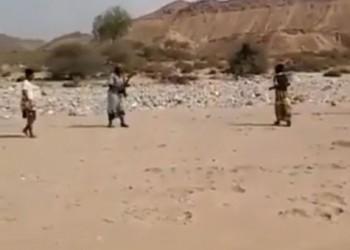 شاهد.. حكام بكلاشنكوف في ملاعب كرة القدم اليمنية