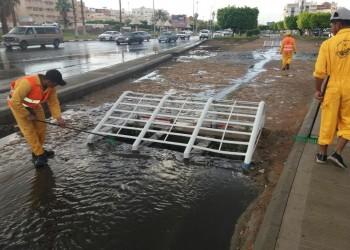 السعودية.. تحذير من تصريف مياه السيول بمناهل الصرف الصحي
