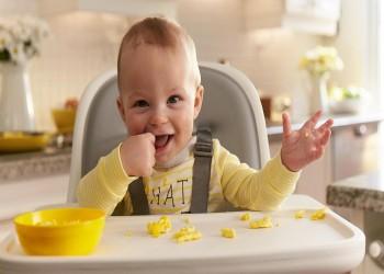 الطفل بعد بلوغه 6 أشهر: ينادي والديه ويضحك للغرباء