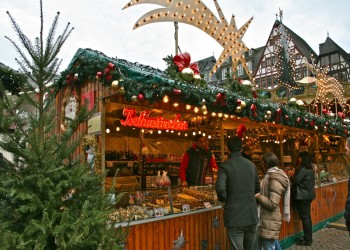 السلطات الفرنسية تطرد بائعة من سوق أعياد الميلاد بسبب حجابها