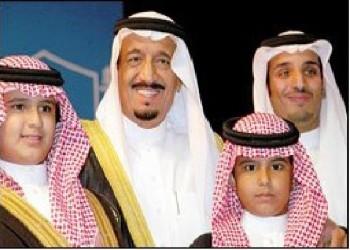 صورة متداولة للعاهل السعودي بحفل تخرج نجله ولي العهد