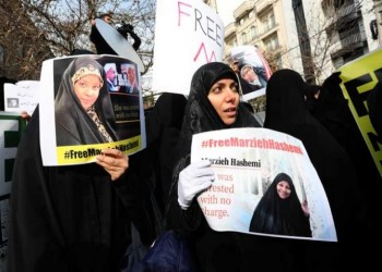 مذيعة إيرانية تدعو للتظاهر احتجاجا على احتجازها بأمريكا