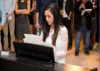 شابة سعودية تعزف البيانو في افتتاح منتدى دافوس