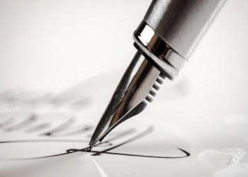 تركية مصابة بشلل تام تكتب رواية بإصبع واحدة