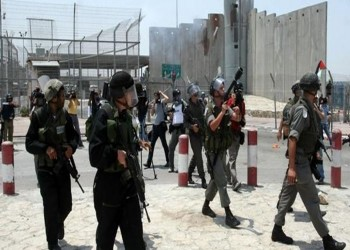 إسرائيل تعتقل فلسطينية على حاجز قلنديا بزعم حيازتها سكين