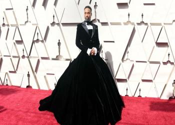 ممثل أمريكي يفسر سبب ارتدائه فستانا في حفل الأوسكار