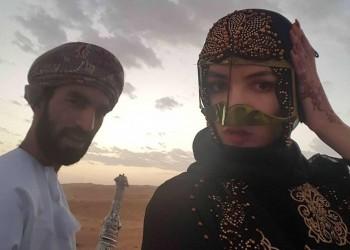 عارضة أجنبية تثير غضب العمانيين بإساءتها للزي التقليدي