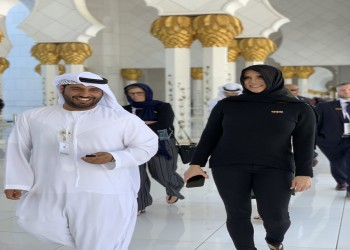 المصارعة ستيفاني ماكمان تزور مسجد زايد بأبوظبي