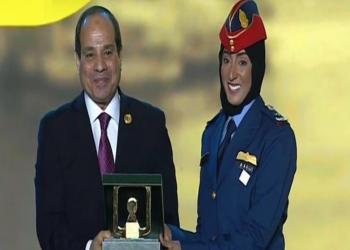 السيسي يكرم أول طيارة إماراتية تقاتل ضد الدولة الإسلامية