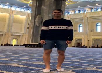 بعد دخوله مسجدا كويتيا بالشورت.. انتقادات تطال لاعب برشلونة