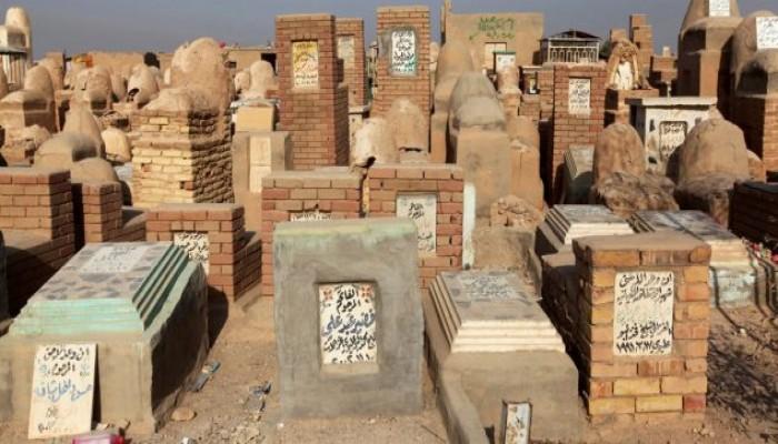 مصري يخرج جثة سيدة من قبرها لرغبته في أن يُدفن مكانها