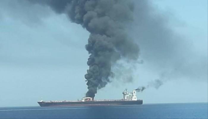 إيران تبث فيديو لنيران بإحدى سفينتي هجوم خليج عمان