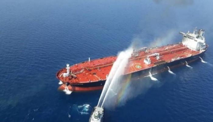 مسقط تشارك في إنقاذ ناقلتي بحر عُمان بسفينتين وطائرة استطلاع