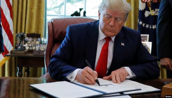ترامب يفرض عقوبات جديدة على إيران تطال خامنئي وظريف