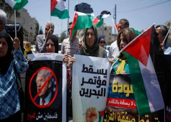 مواطنون يطهرون مكان وقوف صحفي إسرائيلي في البحرين