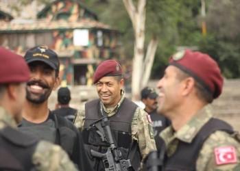 أتراك يحتفون ببطل إفشال انقلاب 2016 (فيديو)