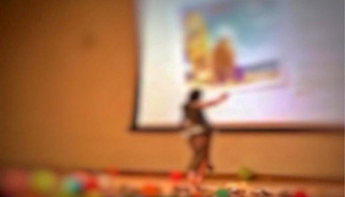 معلمة تفاجئ طلابها بوصلة رقص في مدرسة بأبوظبي