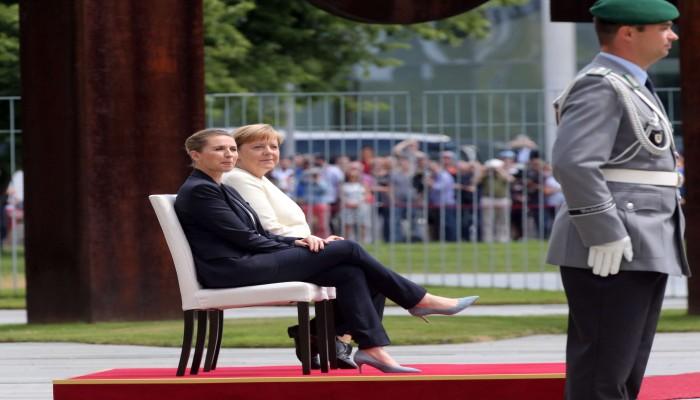 ميركل تستخدم مقعدا خلال تفقد حرس الشرف بعد نوبة ارتعاش