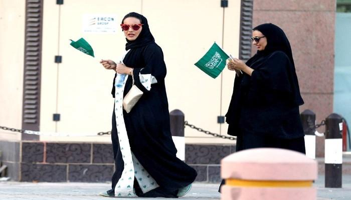 صحيفة أمريكية: السعودية تعتزم السماح بسفر النساء دون إذن ولي