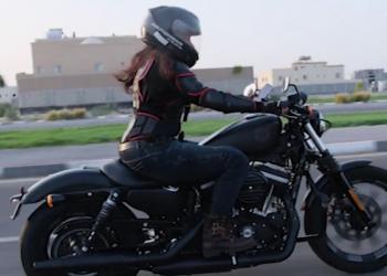 سعوديات يقدن الدراجات النارية في الخبر (فيديو)