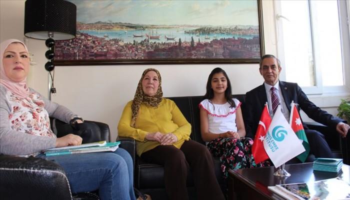 جدة وابنة وحفيدة.. 3 أجيال بصف واحد لتعلم التركية بالأردن