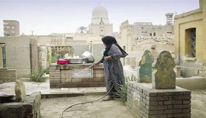 دفن سيدة مصرية وهي حية بالخطأ.. ماتت بعد إخراجها