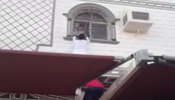 احتفاء بشابين سعوديين أنقذا أطفالا من حريق بشقتهم في مكة